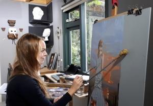 Kunstenaar Gabriëlle Westra schildert in haar atelier